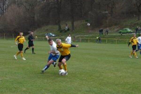 Hráči H. Poruby(v bielom) dali proti Starej Turej víťazný gól až v závere.