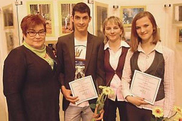 Ocenení študenti so svojimi pedagógmi vo Zvolene.