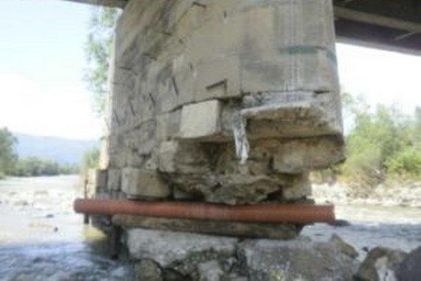 Prudká voda odtrhla z pilierov veľké betónové kvádre.