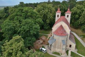 Kostolík a nálezisko z vtáčej perspektívy.