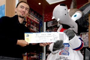 Miroslav Šatan s maskotom Gooolym pri spustení predaja vstupeniek MS 2011.