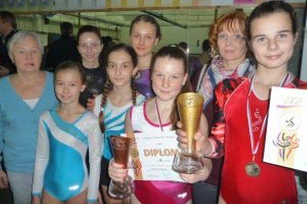 Majsterka Slovenska Vanessa Schneiderová (vpravo), vedľa nej bronzová Aneta Pavlíková a gymnastky s trénerkami Alenou Ivaškovou a Staňou Záthureckou po majstrovstvách v športovej gymnastike v Trenčíne.