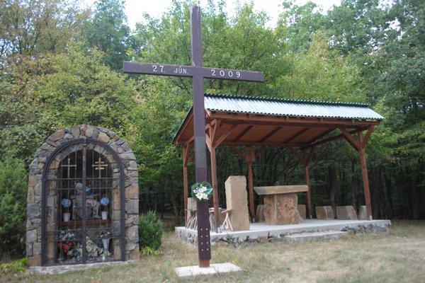 Na snímke kríž, kaplnka a kryté pódium pre bohoslužby na hore Osuheď pri obci Slivník v Trebišovskom okrese.