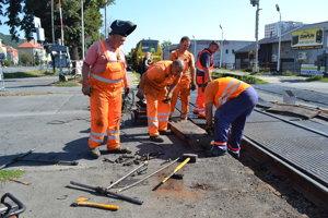 Železničné priecestie na malej stanici opravujú. Autá tade v piatok predpoludním neprejdú.