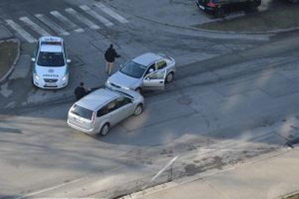 Chvíľka neopatrnosti skončila zrážkou dvoch aut v Záturčí.