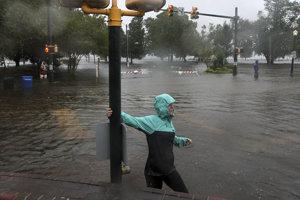 Ulice pri pobreží Spojených štátov zaplavila voda.