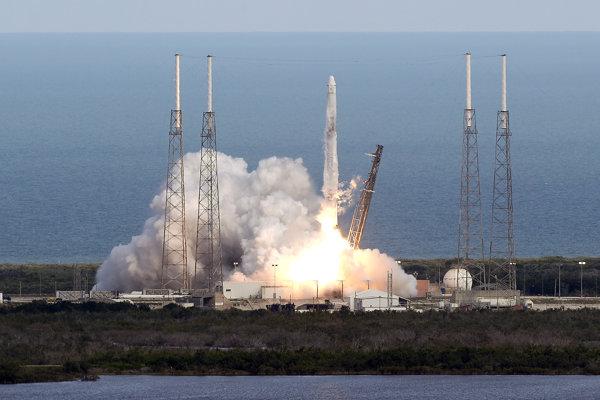 Nosná raketa SpaceX Falcon 9 štartuje zo základne Cape Canaveral na americkej Floride.