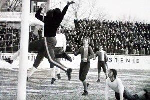 Archívna snímka z prvoligového stretnutia AC Nitra - Slovan Bratislava. Ladislav Szkladányi je v bielom drese vpravo dolu na zemi.