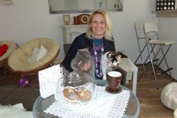 Iveta Rossová a jej milované zvieratá v kaviarni.