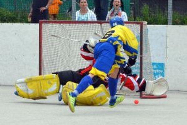 Útočník Diakovej Poliaček takto v prvom zápase blafákom oklamal brankára Jurošeka.