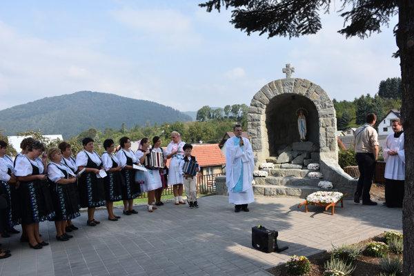 Repliku Lurdskej jaskyne v Dolnej Tižine vysvätil miestny kňaz.