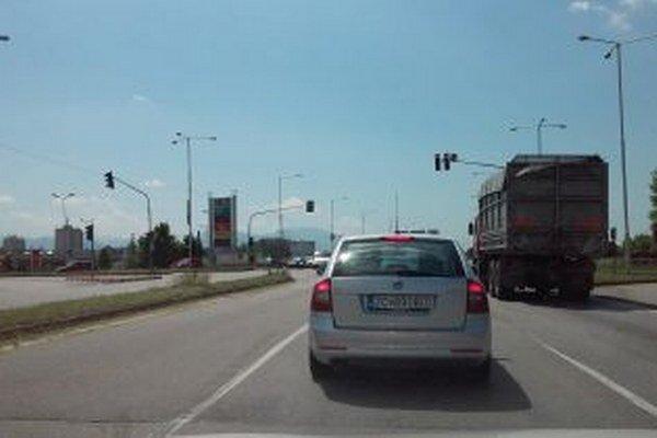 Cesta je v určitých miestach vyjazdená najmä pri semaforoch.