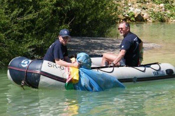 Plné vrecia prišli chlapi vytiahnuť na člne.