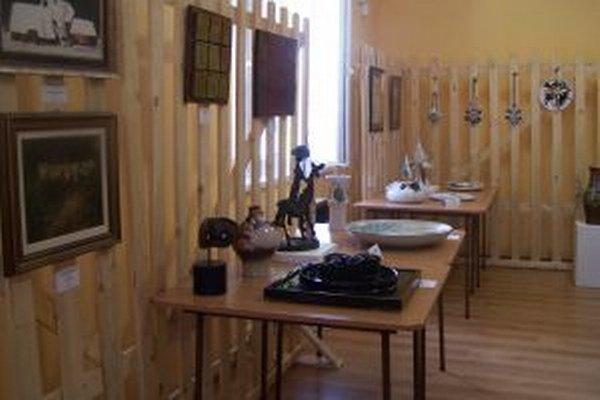 V časti výstavných priestorov sú aj diela turčianskych profesionálnych keramikárov.