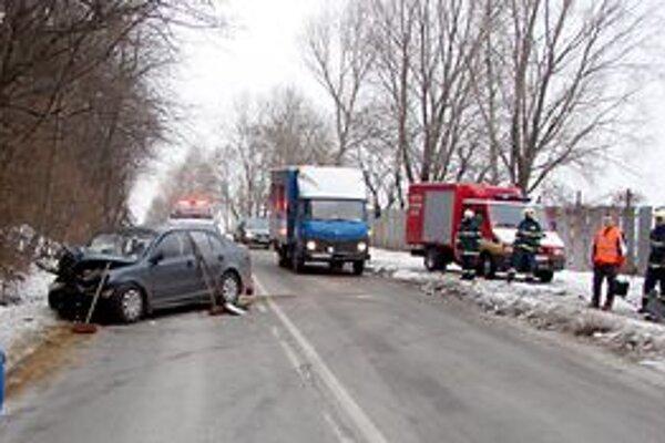 Nehoda. Vinník spôsobil už druhú, obaja vodiči boli ťažko zranení.