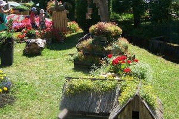 Aranžmány v centre dediny.
