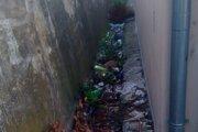 Skládka sa objavila za garážami na Ulici S. Jurkoviča.