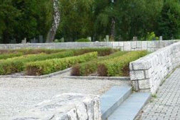 Oporný múr na Cintoríne hrdinov SNP je nezbezpečne naklonený.