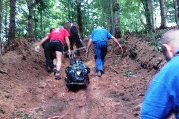 Horskí záchranári niesli telo z nedostupného terénu do dediny.