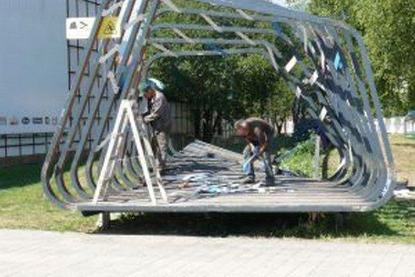 Poškodené  mólo uskladnia v Priekope.