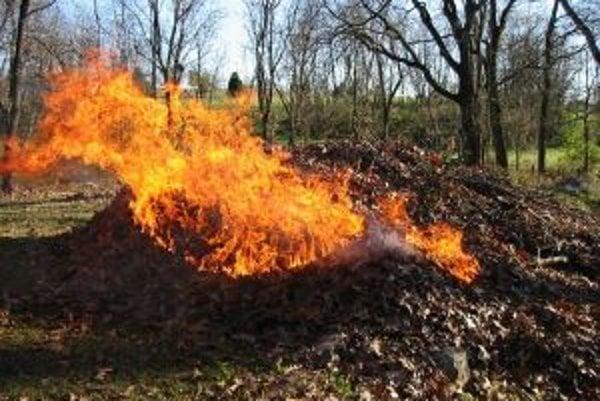 Horiace lístie dokáže narobiť nielen dym, ale aj množstvo problémov.  TVNOVINY.SK