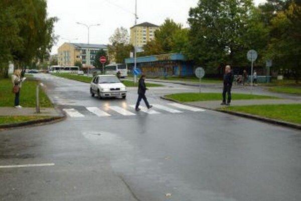 Na Zelenej ulici prechádzala cez cestu nevidiaca figurantka.