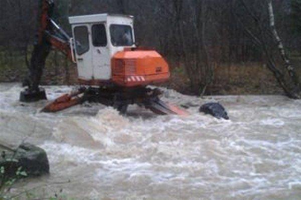 Záchranné práce v Šútove. Špeciálny bager im požičali z Ružomberka.
