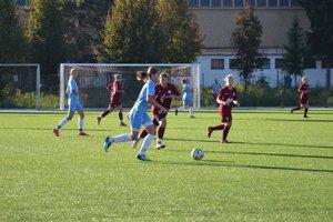 Pov. Bystrica ( v červenom) po vypadnutí z pohára s FC Nitra (v modrom) nebodovala v Prievidzi.