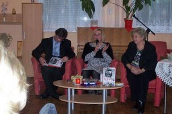 Zora Mintalová Zubercová krstila svoju knihu v martinskom klube dôchodcov.