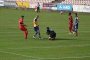 Druhý gól Výberu ZsFZ dal Púchovčan Pilný (v červenom) na snímke zo zápasu Púchov - D. Streda.