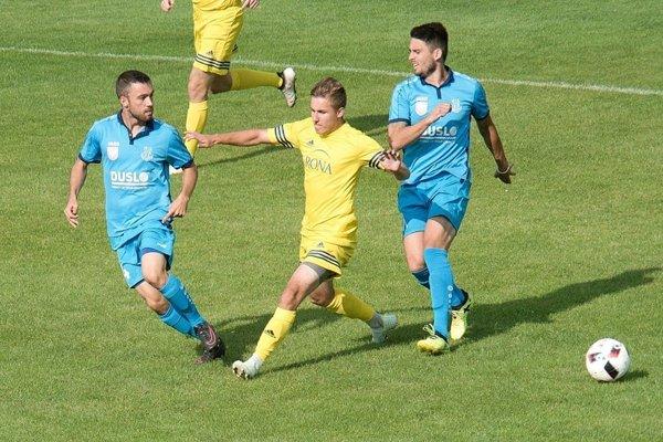Futbalisti Šale (v modrom) dosiahli tretie víťazstvo v rade.