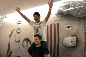 Elon Musk a Jusaku Maezava pred ohlásením lunárnej misie.