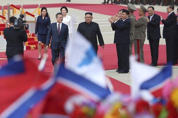Najvyšší predstaviteľ Kórejskej ľudovodemokratickej republiky (KĽDR) a hosť zo Soulu sa vzájomne objali na pchjongjanskom medzinárodnom letisku Sunan, kam juhokórejská delegácia pricestovala v dopoludňajších hodinách miestneho času.