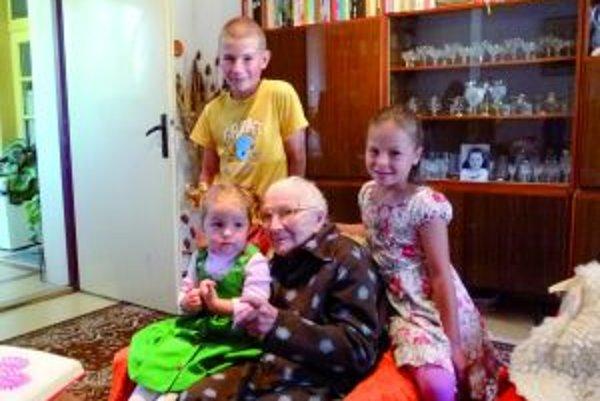 Babička sa vždy teší na návštevu pravnúčat Miška, Ninky a Lucky.