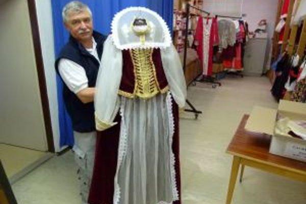Daniel Borcovan ukazuje kostým Čachtieckej panej, najdrahší v ich požičovni.