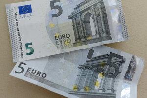 Hore nová päť eurová bankovka a v dole stará päť eurová bankovka.