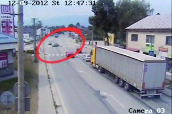 Červenou je na frekventovanej križovatke zobrazené miesto zrážky auta s chlapcom.