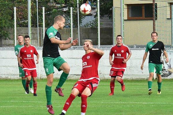 V popredí hlavičkou Patrik Dlhý, autor prvého gólu Nededu. Vedľa neho Rudolf Gál z Imeľu.
