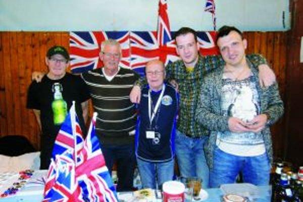 John Hackworth (v strede) chodí pravidelne na festival až z Anglicka.