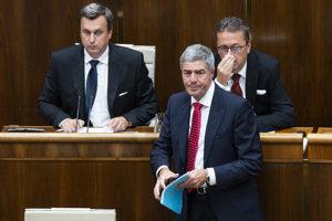 Zľava predseda parlamentu Andrej Danko (SNS) podpredsedovia Béla Bugár (Most-Híd) a Martin Glváč (SMER) počas rokovania 34. schôdze.