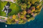 Umelec vytvoril na brehu jazera monumentálne Posolstvo budúcnosti