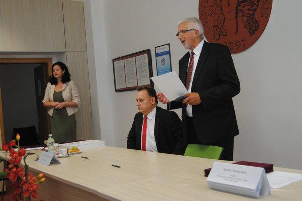 Rektor P. Kónya a prorektor M. Portik pred podisom memoranda s riaditeľmi neštátnych gymnázií.