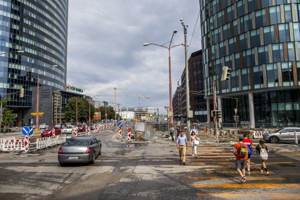 Oprava ciest pred stanicou Mlynské nivy.