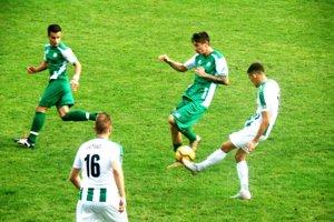 Futbalisti FKM Nové Zámky (vzelenom) prehrali vsobotu doma sMalženicami vysoko 0:5