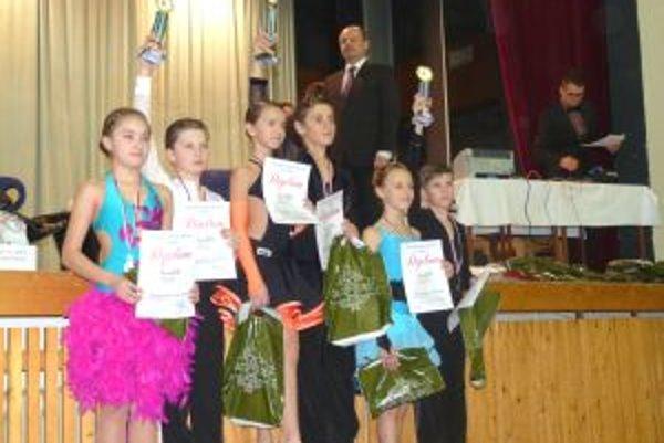 Zlatí tanečníci Lukáš Mlynár a Simona Dókušová na stupni víťazov.