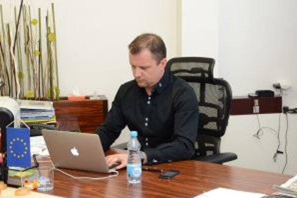 Andrej Hrnčiar počas online diskusie vo svojej pracovni.