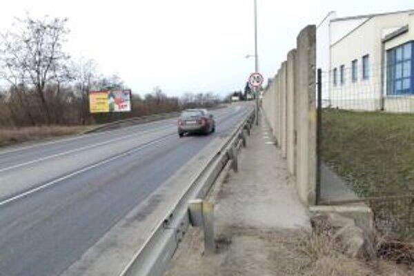 Obslužná komunikácia nového mosta je pre ľudí taktiež nebezpečná.