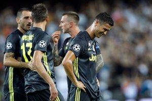 Cristiano Ronaldo (vpravo) dostal červenú kartu ešte v prvom polčase.
