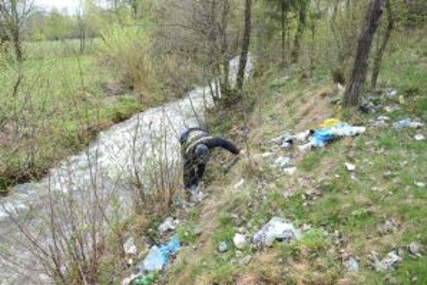 Dobrovoľníci vyzbierali v Jedľovinách veľké množstvo odpadu.