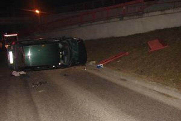 Auto skončilo krížom cez cestu.